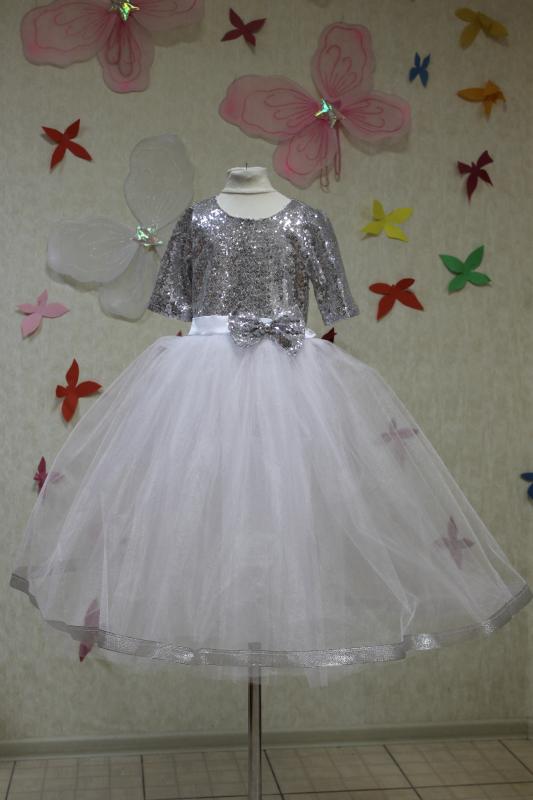 Нарядное платье на девочку с пайетками  и белым фатином