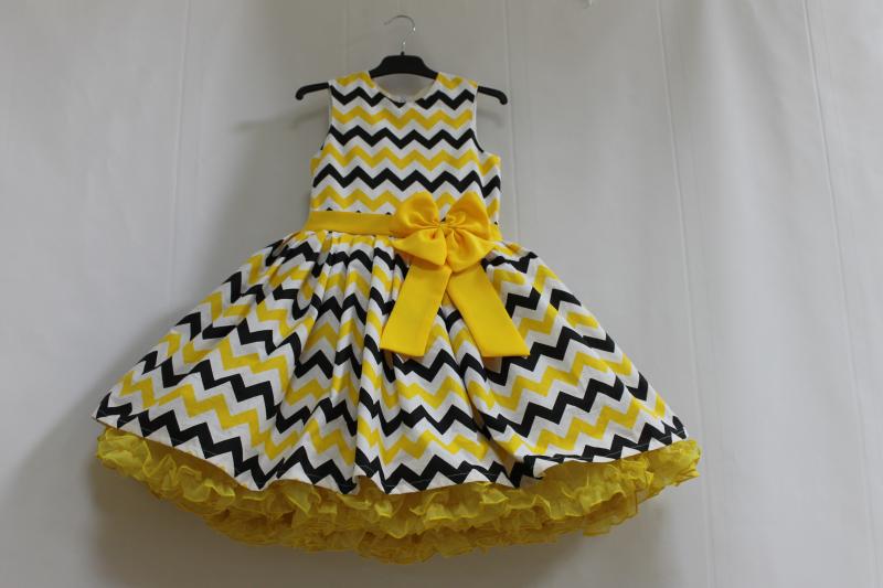 Нарядное платье на девочку зиг-заг с 2-м пышным подьюпником