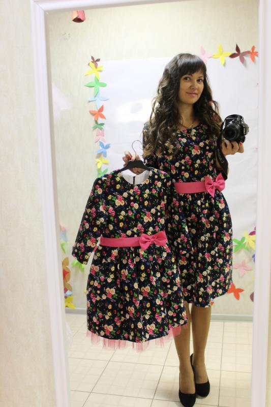 Нарядное платье на маму и доченьку в стиле фемели лук   Льняной цветочек  на темно синем фоне.