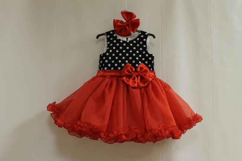 Нарядное платье на девочку  горошек с красным низом  без рукавов
