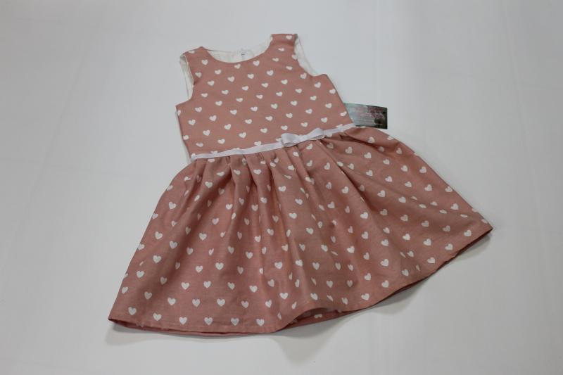Повседневно - нарядное платье без рукавов  в сердечки на пудровом фоне