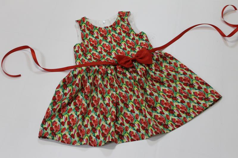 Платье на девочку с тюльпанами без рукавов
