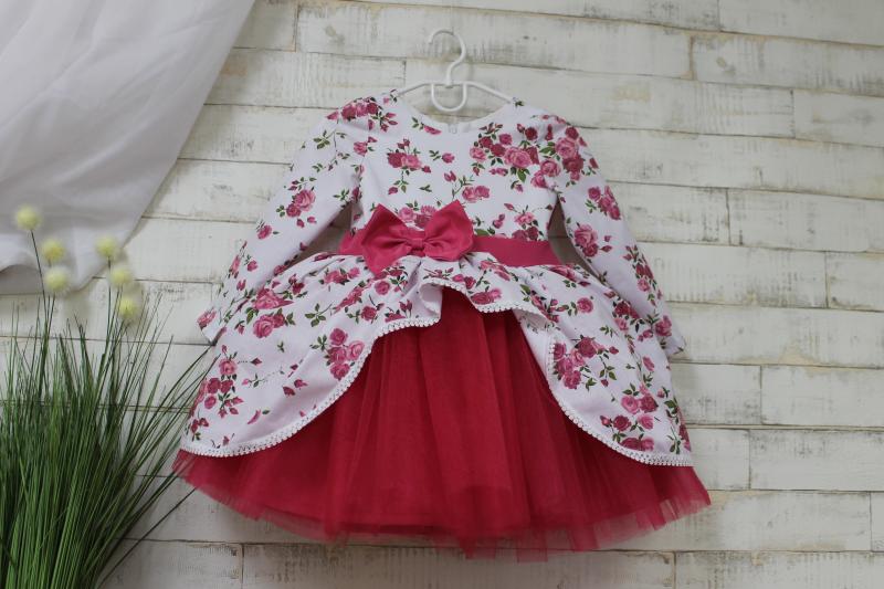 Нарядное цветочное платье на девочку с рукавами и малиновым фатином