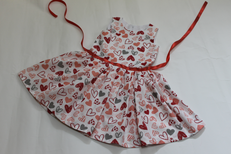Повседневно - нарядное платье на девочку  Сердечки