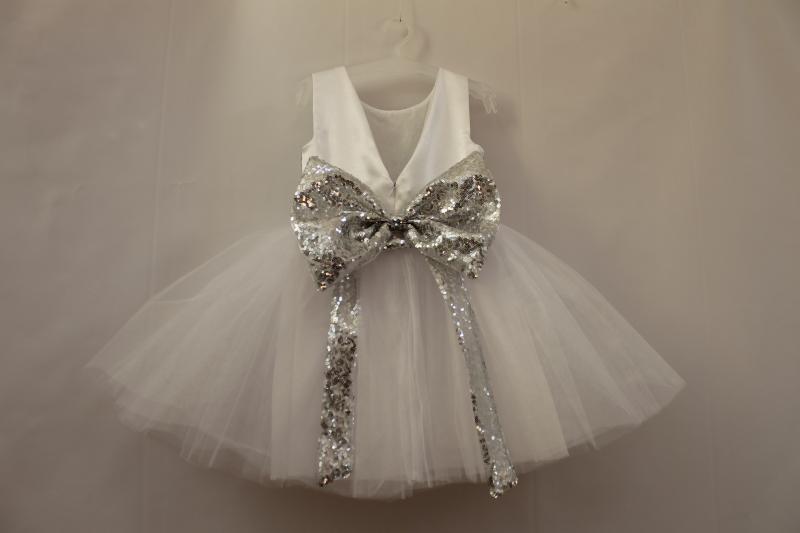 Нарядное платье на девочку в белом цвете с пайтеками № 53