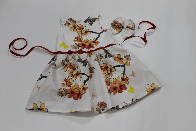Летнее платье на девочку с бабочками и цветочками
