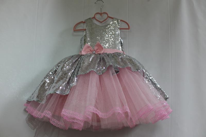 Нарядное платье с пайетками и пышным низом в розом цвете и с кружевом