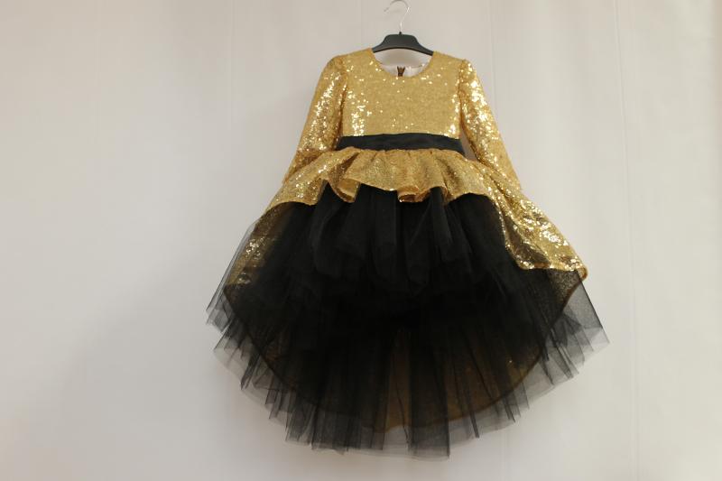 Нарядное платье на девочку  Блестящее наслаждение  с золотыми пайетками черным  фатином  и рукавами