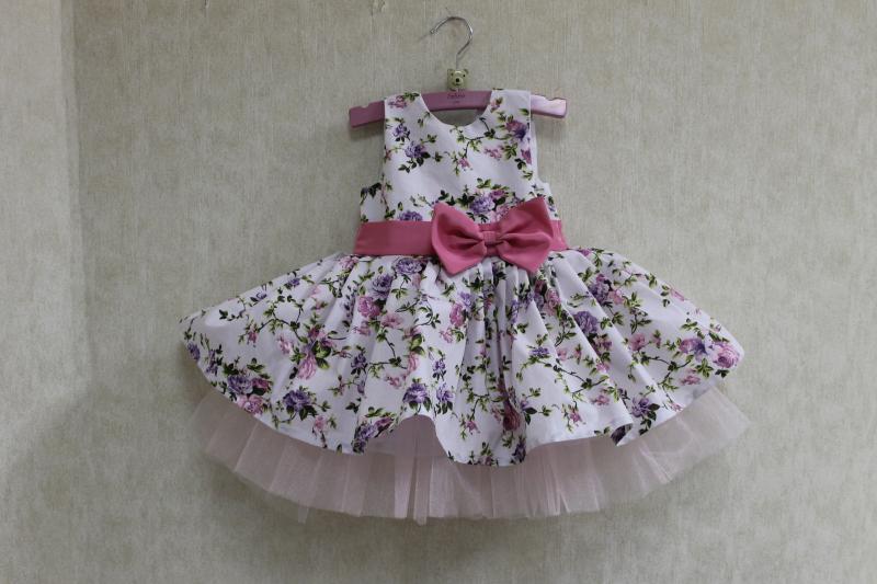 Повседневно - нарядное платье на девочку  Цветочное настроение   без рукавов  с розовым поясом и бантом