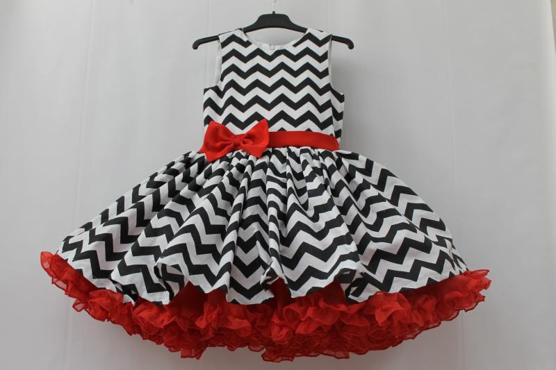 Нарядное платье на девочку в стиле  Стиля  - зиг - заг черно - белый с красным подьюпником