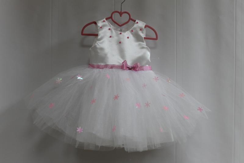 Нарядное платье на девочку  Снежинка  с розовыми снежинками