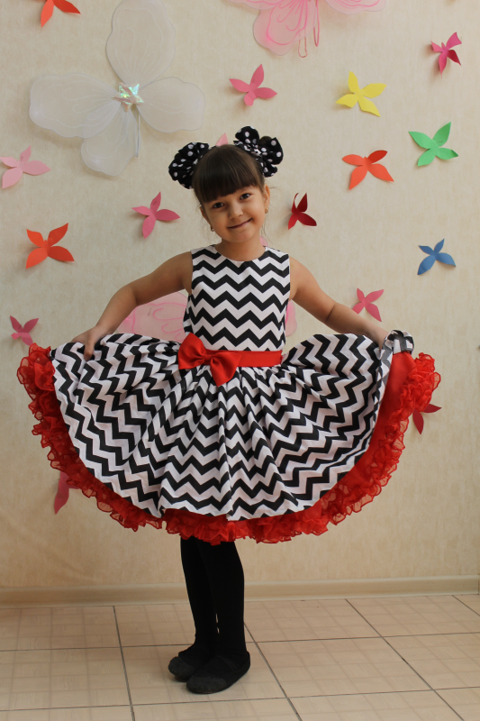 Нарядное детское платье в стиле  Стиляги  зиг-заг с красным поясом и подьюпником