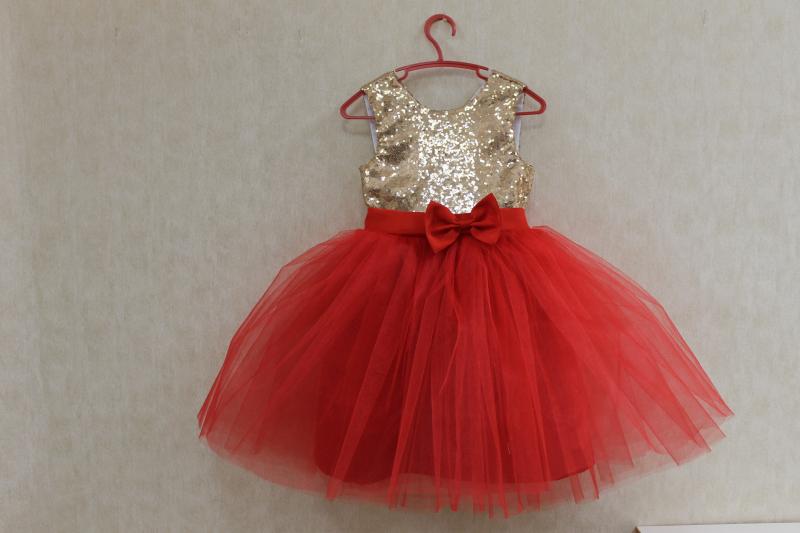 Нарядное платье с золотыми пайетками и красным фатином