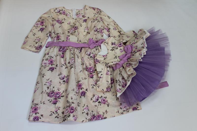 Платья на маму и доченьку в сиреневый цветочек с рукавами