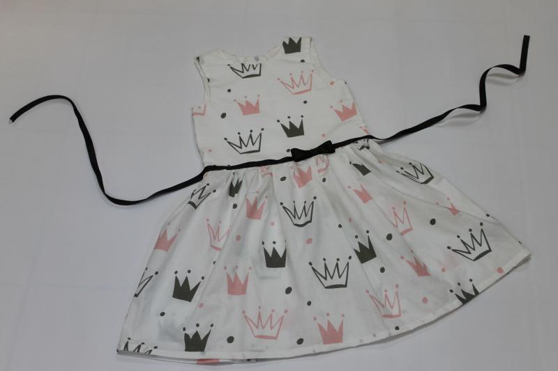 Летнее платье на девочку  Короны  на белом фоне