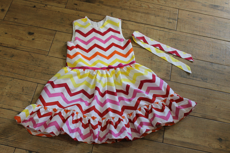 Летнее платье на девочку  Яркий зигзаг   с малиновым поясом