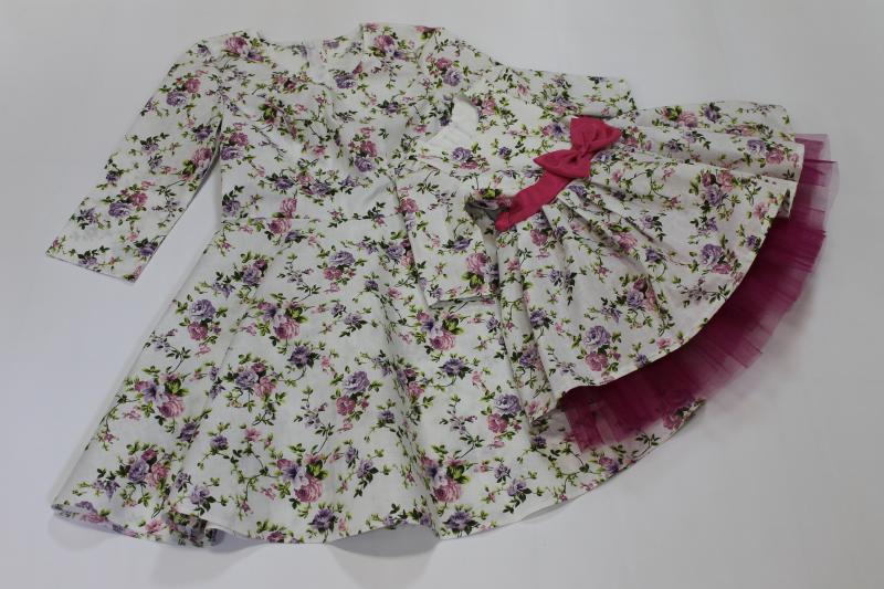 Нарядные платья на маму и доченьку  Цветочное настроение  с малиновым поясом и фатином на платье у девочки
