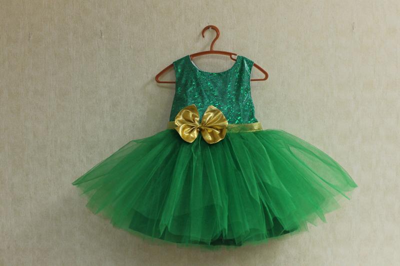 Нарядное платье  Милания  - зеленое с золотым поясом и бантом