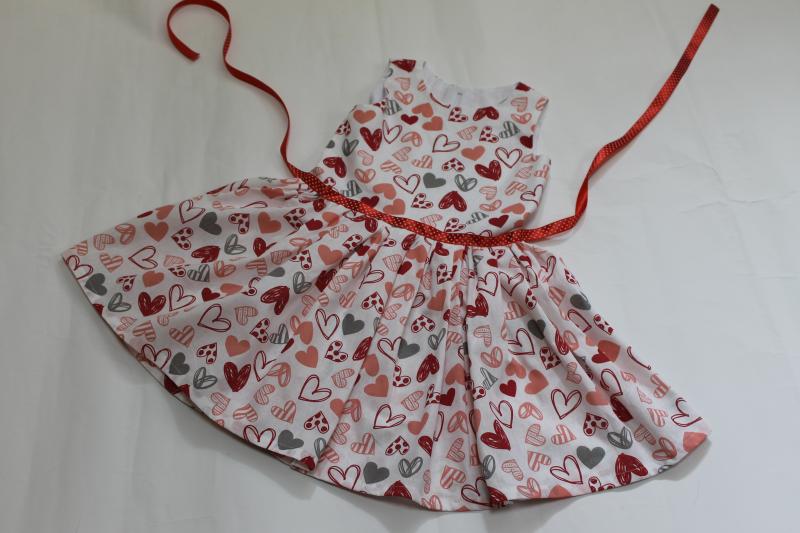 Летнее платье на девочку  Гламурные сердечки
