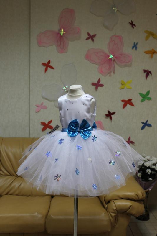 Нарядное платье на девочку   Снежинка  с голубыми снежинками