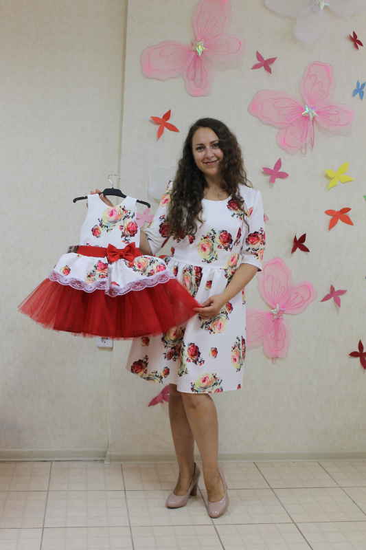 Нарядные платья на маму и доченьку в стиле Фемели лук  Красная розочка на белом фоне с рукавами (стандарт длина)