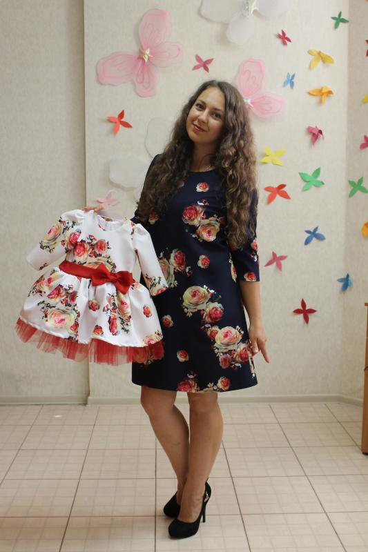 Нарядные платья на маму и доченьку в стиле Фемели лук  Красная розочка на темном фоне с рукавами
