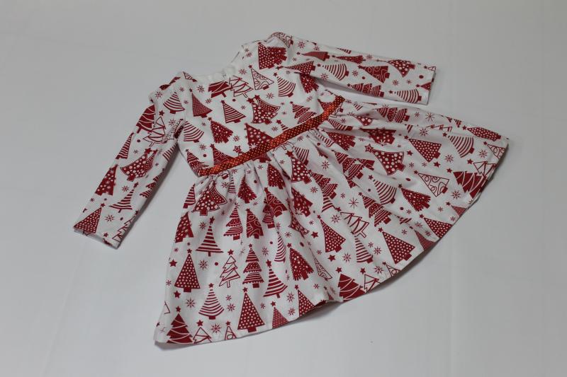 Повседневно - нарядное новогоднее платье  Красные елочки  на белом фоне