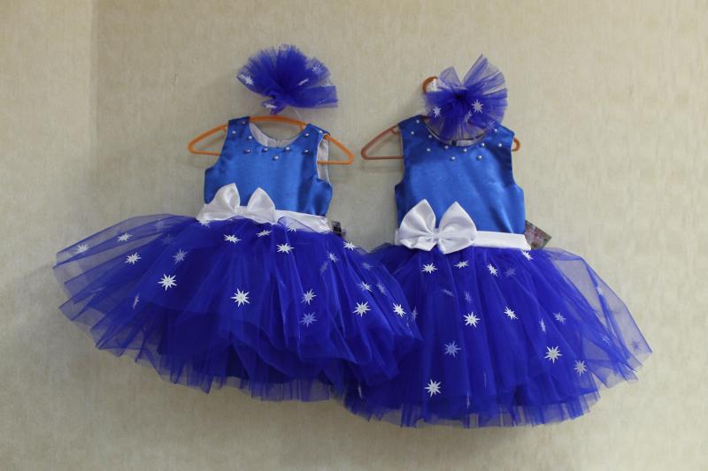 Нарядное платье на девочку   Белые звездочки на синем фоне