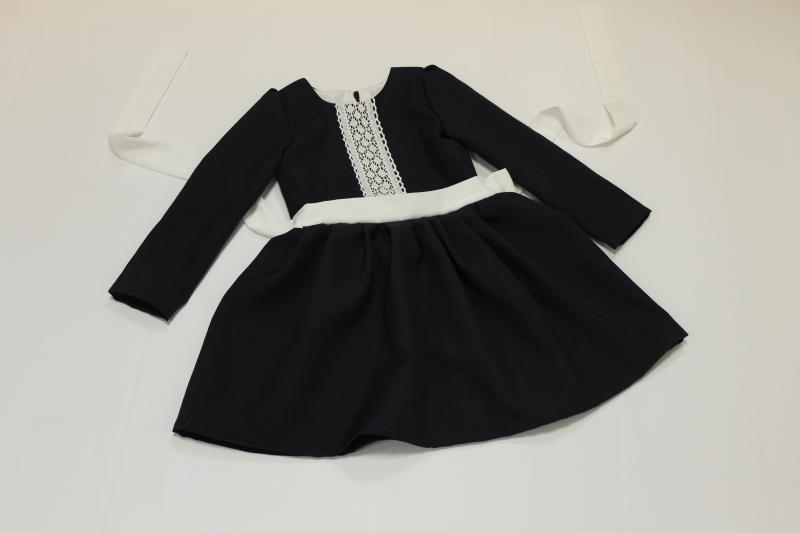 Школьное платье на девочку с рукавами и кружевом