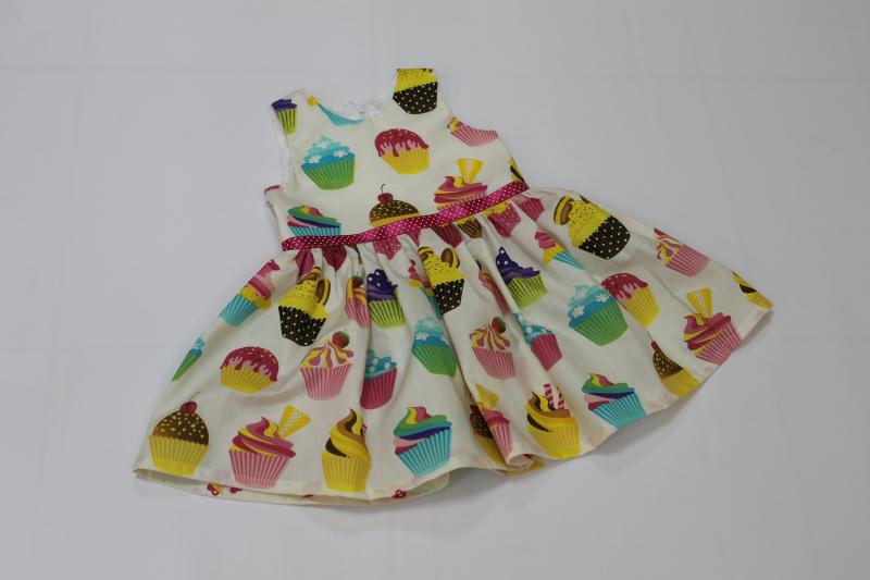 Летнее платье на девочку  Сладкие мафины  на молочном фоне