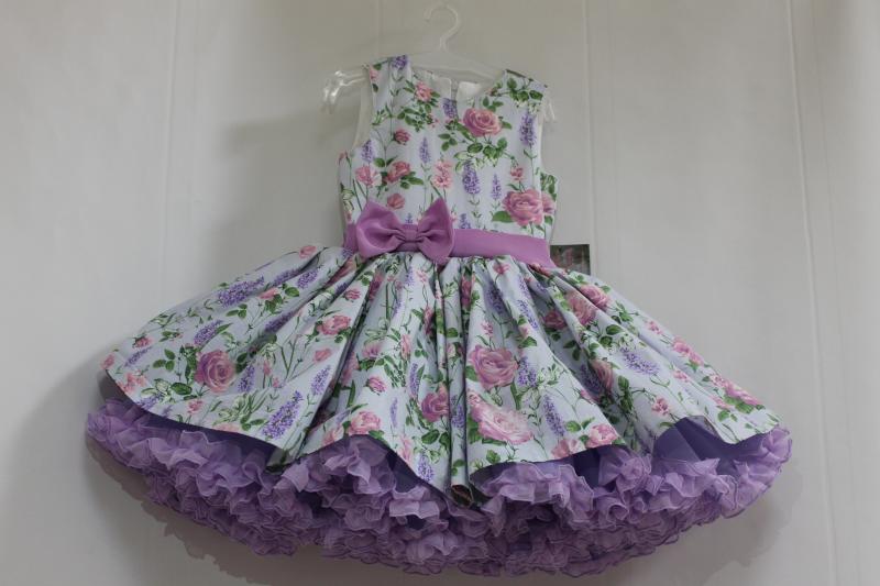 Нарядное платье на девочку с сиреневым подьюпником