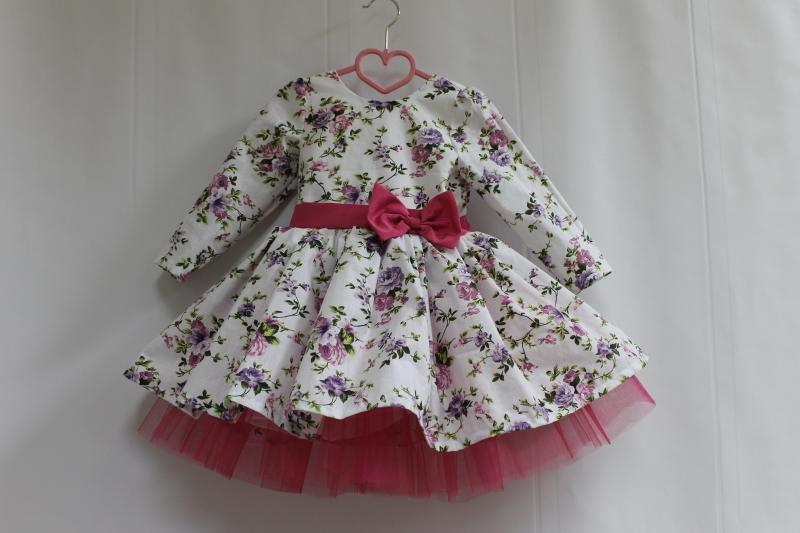 Нарядное платье на девочку  Цветочное настроение  с рукавами, малиновым поясом и фатином