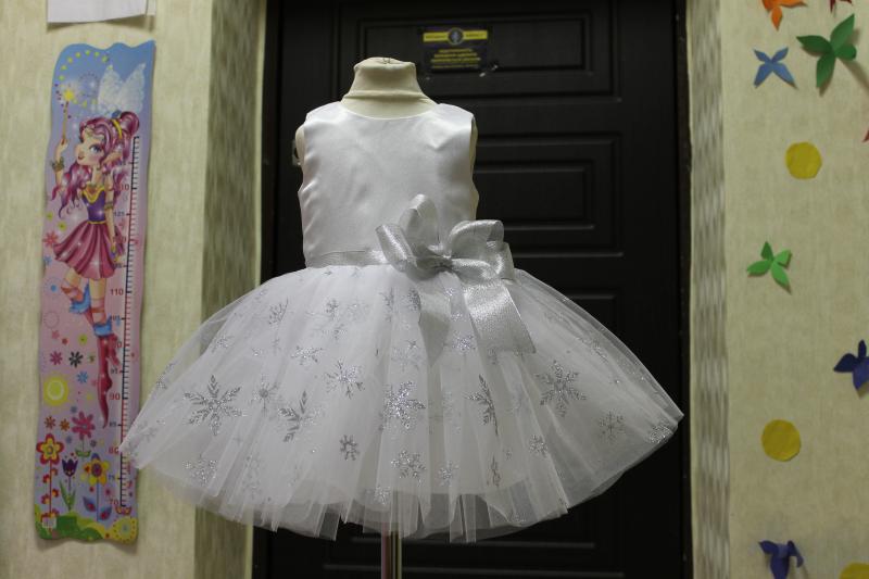 Нарядное платье на девочку с снежинками в белом цвете № 66