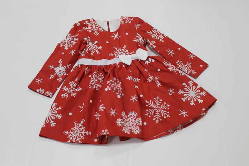 Повседневно - нарядное платье с рукавами с снежинками на красном фоне № 81