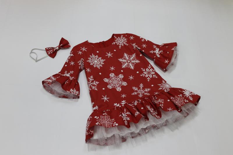 Нарядное новогоднее платье на девочку, на красном фоне с снежинками