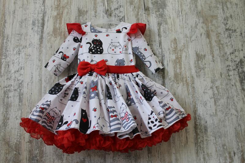 Нарядное платье с котиками и пышным подьюпником  на девочку № 86