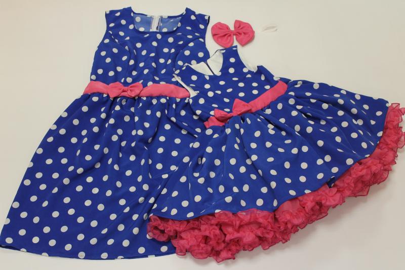 Нарядные платья на маму и доченьку в стиле  Стиляги  или просто  Гламурный горошек  синее в белый горошек с малиновым поясом