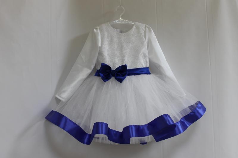 Нарядное платье на девочку с рукавами, белым фатином с синей лентой